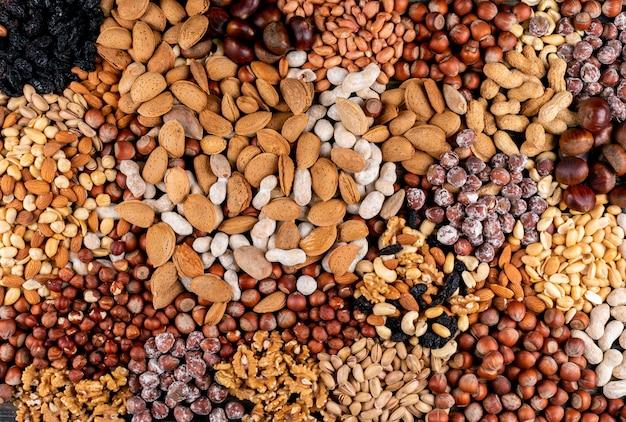 Noci assortite e frutta secca con noci pecan, pistacchi, mandorle, arachidi, anacardi, pinoli vista dall'alto