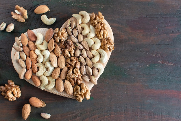 ハートの形をしたナッツの盛り合わせ健康食品に役立つ微量元素とビタミン