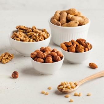 ナッツの盛り合わせ。ドライナッツ、ヘーゼルナッツ、アーモンド、クルミなど。健康食品、健康スナック。