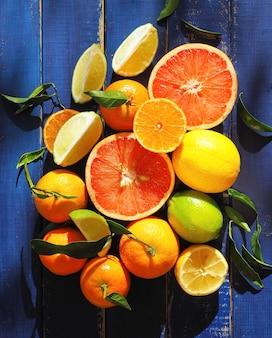 柑橘系の果物の盛り合わせ-オレンジ、レモン、ライム、マンダリン、グレープフルーツ