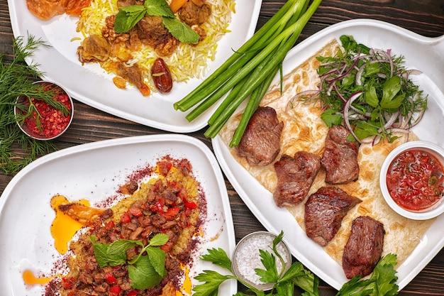 オリエンタル料理の盛り合わせ、バーベキュー、肉入りピラフ、レーズン入りピラフ、スパイスとハーブ添え