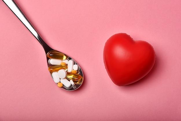 Ассорти из фармацевтических препаратов, болезни сердца и слишком много лекарств, лекарства от гипердиагностики вызывают плохое здоровье.