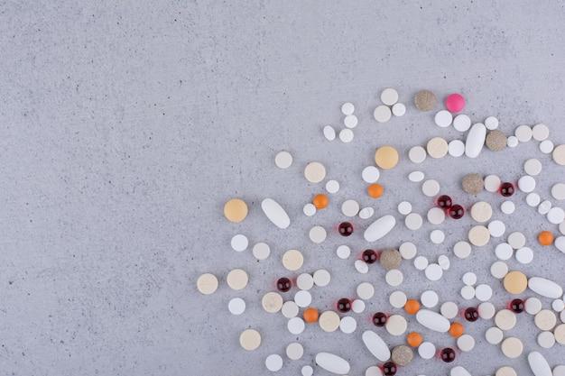 各種医薬品の錠剤、錠剤、カプセル。高品質の写真
