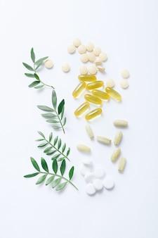 Ассорти из фармацевтических таблеток, таблеток и капсул на белом