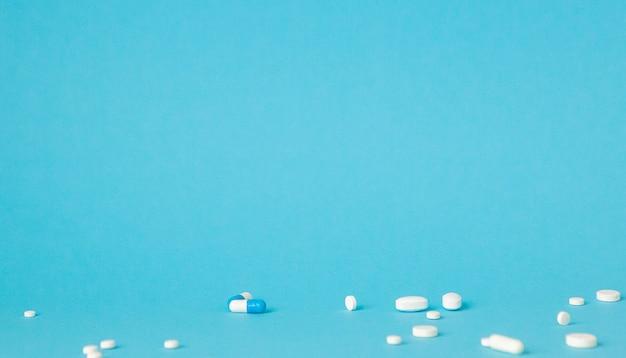 파란 벽에 모듬 제약 약 알 약, 정제 및 캡슐