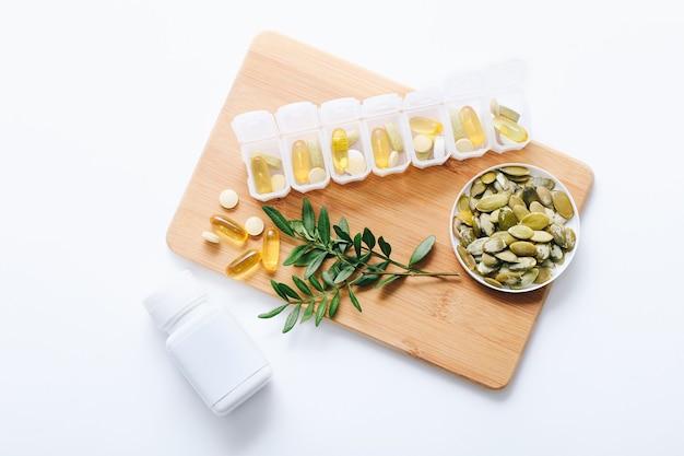 白のプラスチック容器に入った各種医薬品ビタミン、ピル、薬