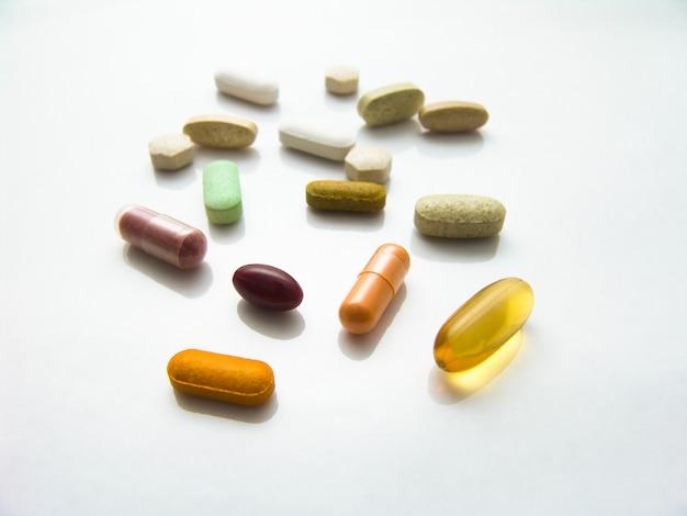 다양한 제약 알약, 정제 및 캡슐.