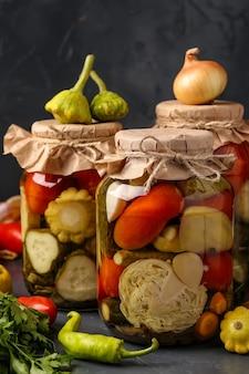 Ассорти из маринованных огурцов, патиссонов, помидоров, моркови, кабачков, капусты и перца в банках