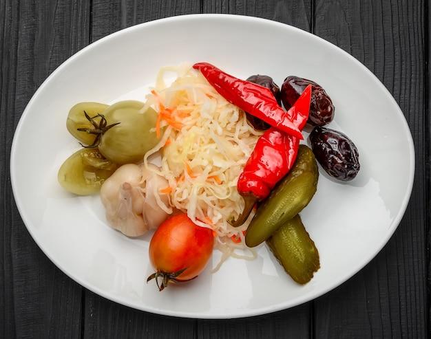野菜のピクルス盛り合わせ。暗いテーブルの上
