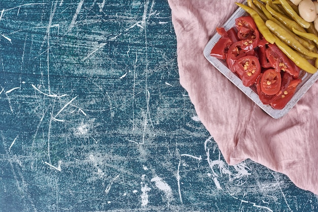 Verdure marinate assortite sulla zolla bianca con la tovaglia.