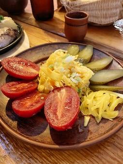 素朴なスタイルのピクルス盛り合わせ。トマト、きゅうり、キャベツのピクルス