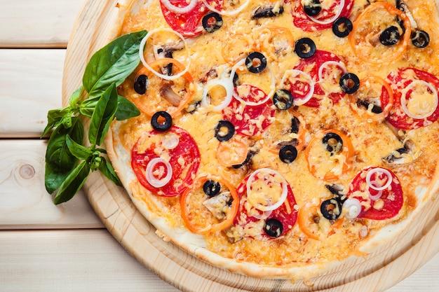 木製のテーブルの盛り合わせピザ