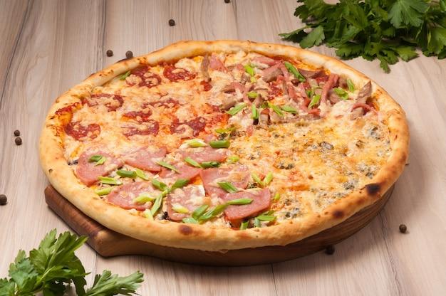 さまざまな具材のチーズ、ハム、ペパロニ、4つのチーズを使ったピザの盛り合わせ