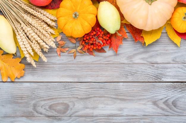 生の有機新鮮野菜の盛り合わせと木製のテーブルの果物。新鮮な庭の菜食主義の食糧。