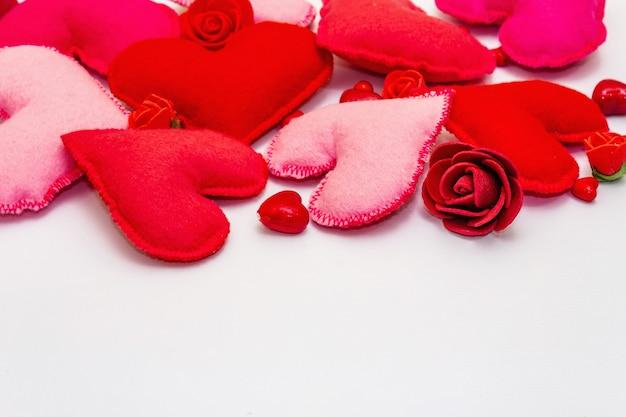 모듬 된 빨간색과 분홍색 하트 흰색 배경에 고립. 발렌타인 데이 또는 결혼식 낭만적 인 개념, 가까이, 복사 공간, 평면 누워