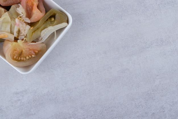 石のテーブルに置いた塩辛い漬物の盛り合わせ。