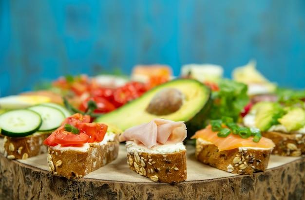 Ассорти бутерброды на деревянной доске крупным планом