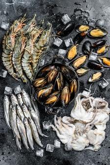 Ассорти из свежих морепродуктов: тигровые креветки, креветки, голубые мидии, осьминоги, сардины