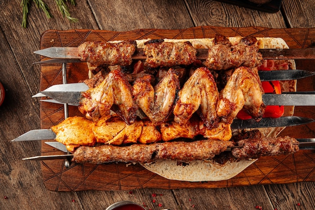 Ассорти из шашлыка на шпажках с разным мясом