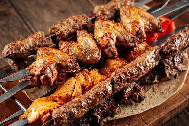 さまざまな肉のシャシリク串の盛り合わせ