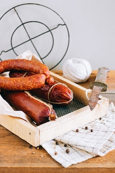 Ассорти копченых колбас, закуска по дереву