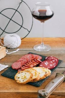 Ассорти из копченых колбас, закуска к красному вину на дровах