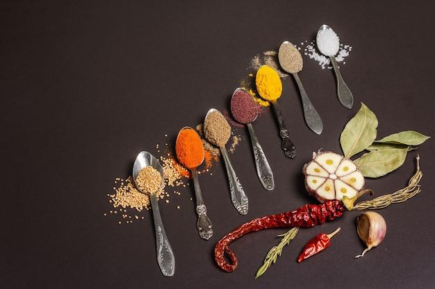 숟가락, 건조 허브 및 야채에 다양한 향신료