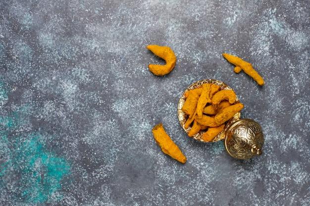 Spezie assortite sul tavolo da cucina