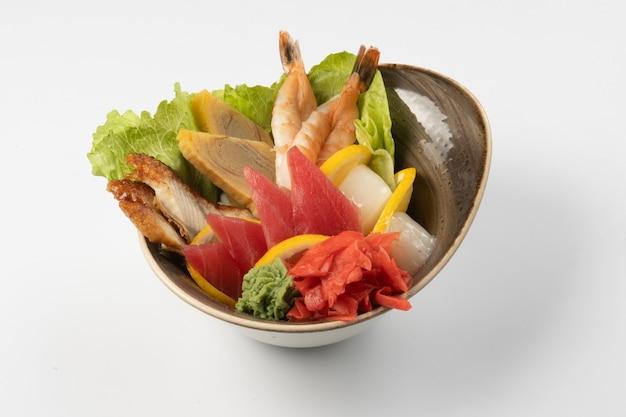 寿司刺身盛り合わせ。うなぎスライス、エビ、マグロ、うなぎ、ホタテの生姜、わさび、レタス、オレンジスライスとご飯パッド