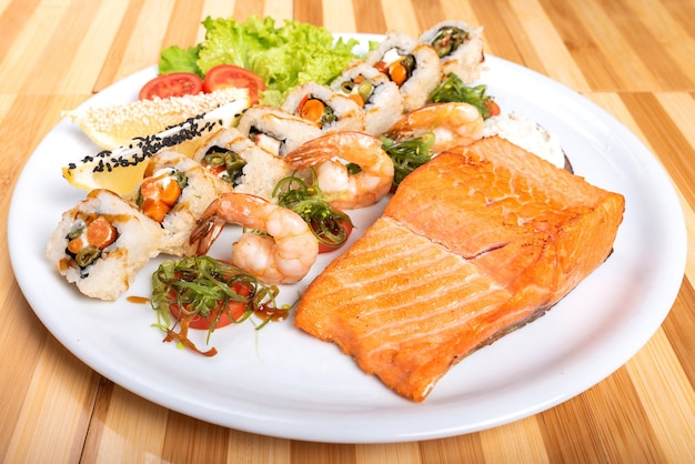 Ассорти суши, креветок и кусок лосося на гриле. для любых целей.