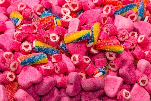 모듬된 맛있는 젤리 사탕. 평면도. 핑크 젤리 과자 배경입니다.