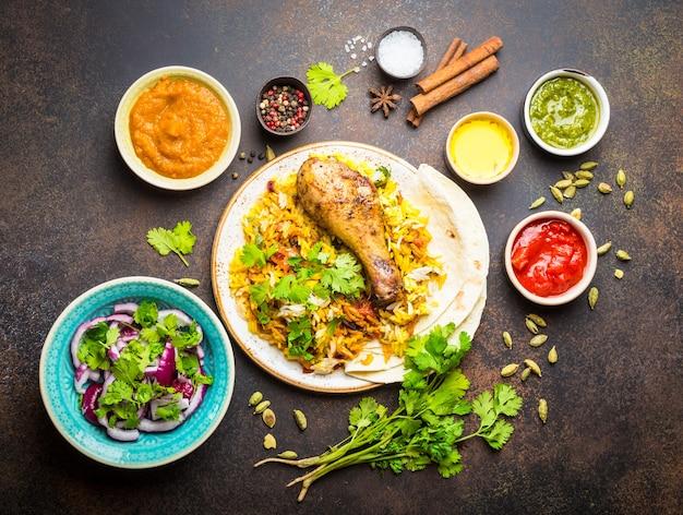 인도 전통 요리 모듬, 바 스마티 쌀을 곁들인 비리 야니 치킨, 난 빵