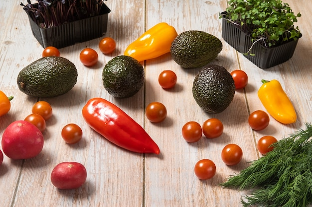 Ассорти из овощей, лежа на деревянном столе.