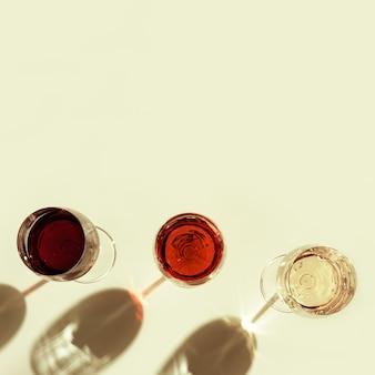 유리에 모듬 와인 빨간 장미와 밝은 배경에 화이트 와인 상위 뷰 바 와이너리 degustation 개념