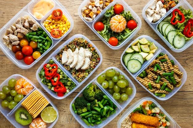 Assortimento di alimenti in lotti cucinati sulla tavola