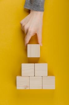 Assortimento di cubi di legno vuoti