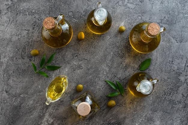 Assortimento di bottiglie riempite con olio d'oliva