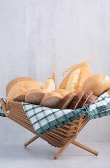 Assortimento di pane in cestino sulla superficie in marmo