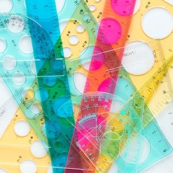 Assortimento di righelli colorati vista dall'alto