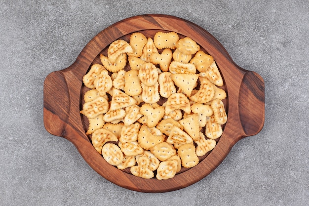 Assortimento di deliziosi biscotti su platek di legno