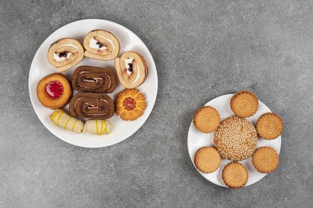 Assortimento di deliziosi biscotti su piatti bianchi