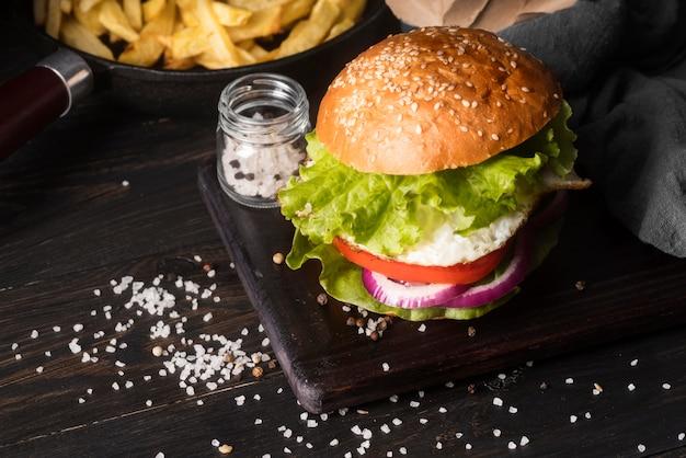 Assortimento di deliziosi hamburger con spazio di copia