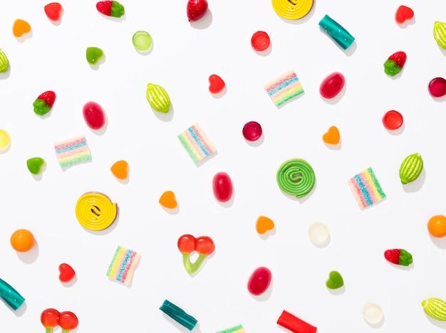 Assortimento di caramelle colorate differenti su fondo bianco