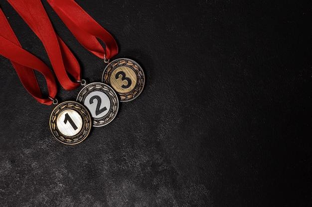 Assortimento di medaglie diverse
