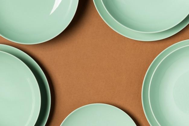 Assortimento di piatti di diverse dimensioni con copia spazio