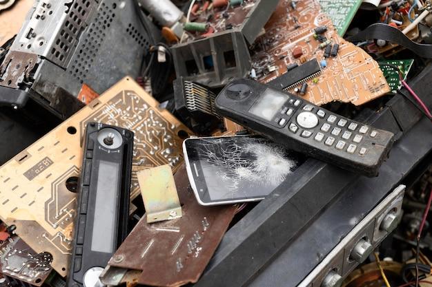 Assortimento di oggetti sporchi scaricati