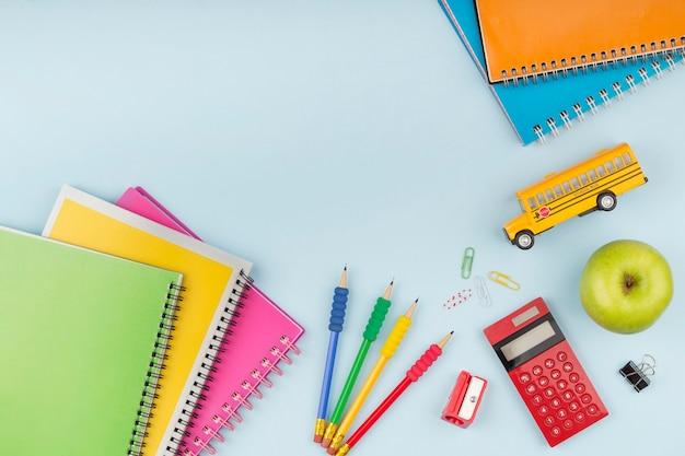 Assortimento di elementi del giorno di istruzione con spazio di copia
