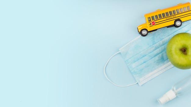 Assortimento di elementi della giornata educativa con mascherina medica
