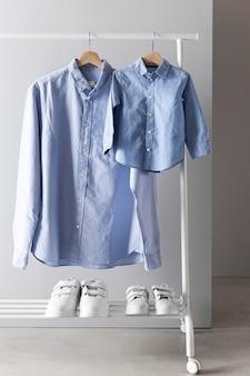 Assortimento di abbigliamento per padre e figlio