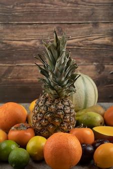 Assortimento di composizione di frutta fresca matura su superficie di marmo.